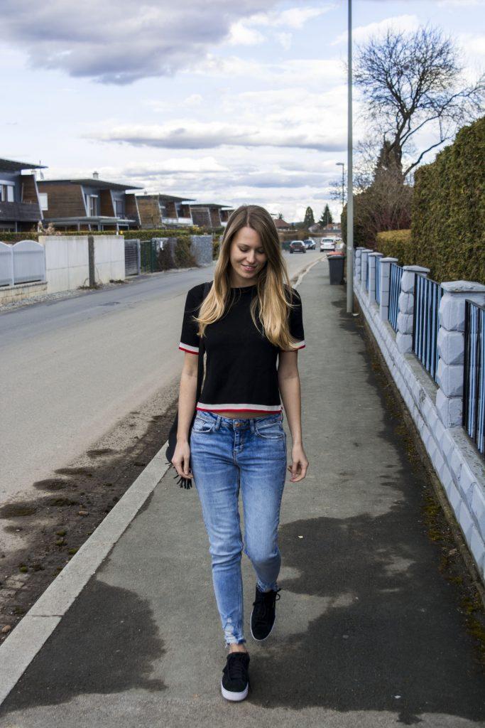 Das komplette Outfit mit Strickoberteil und Jeans
