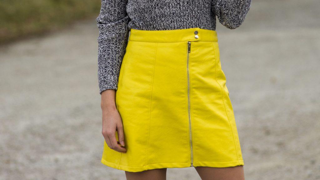 Das Bild Zeigt eine Nahaufnahme von einem gelben Kunstlederrock